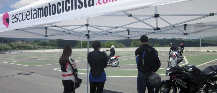 La imagen muestra la #técnica de cómo trazar curvas lentas en #moto